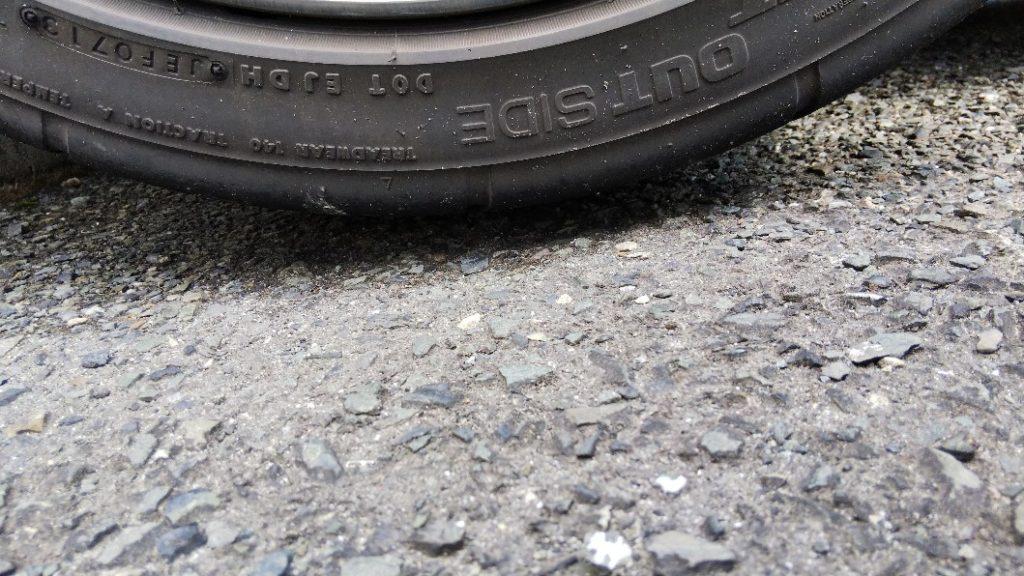 写真 タイヤが持ち上がった様子
