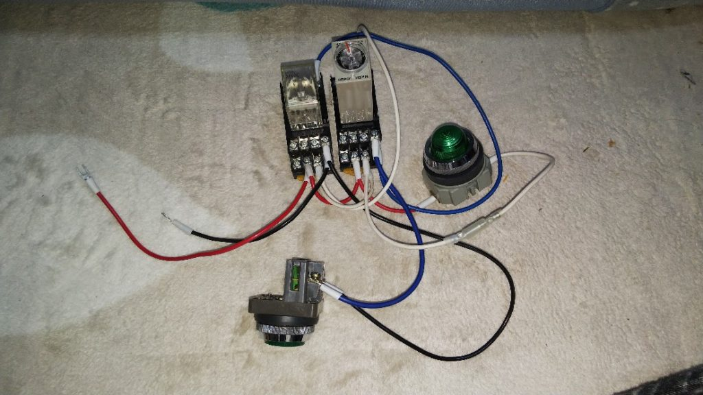 電源から自己保持回路を外した様子の写真