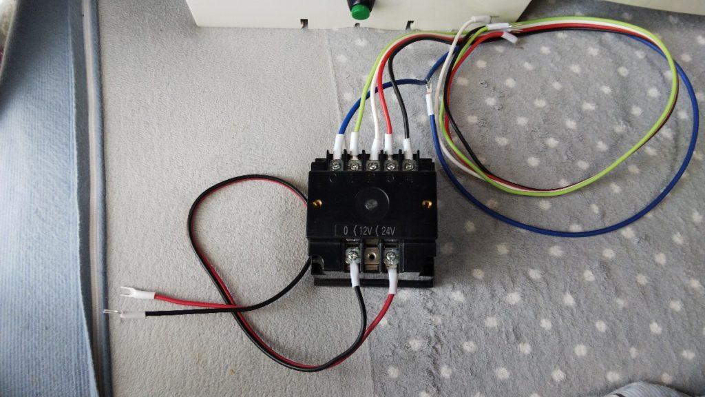配線コードをメロディに接続した様子の写真