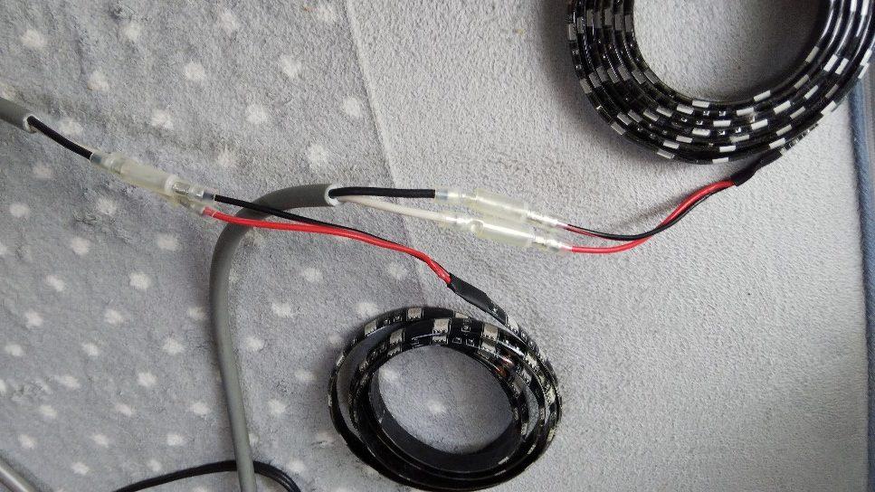 2芯コードとLEDテープを接続した様子の写真