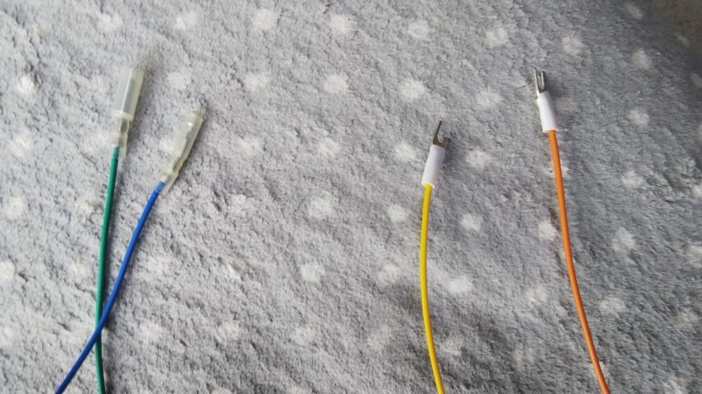 受信機用コードに端子を装着した様子の写真
