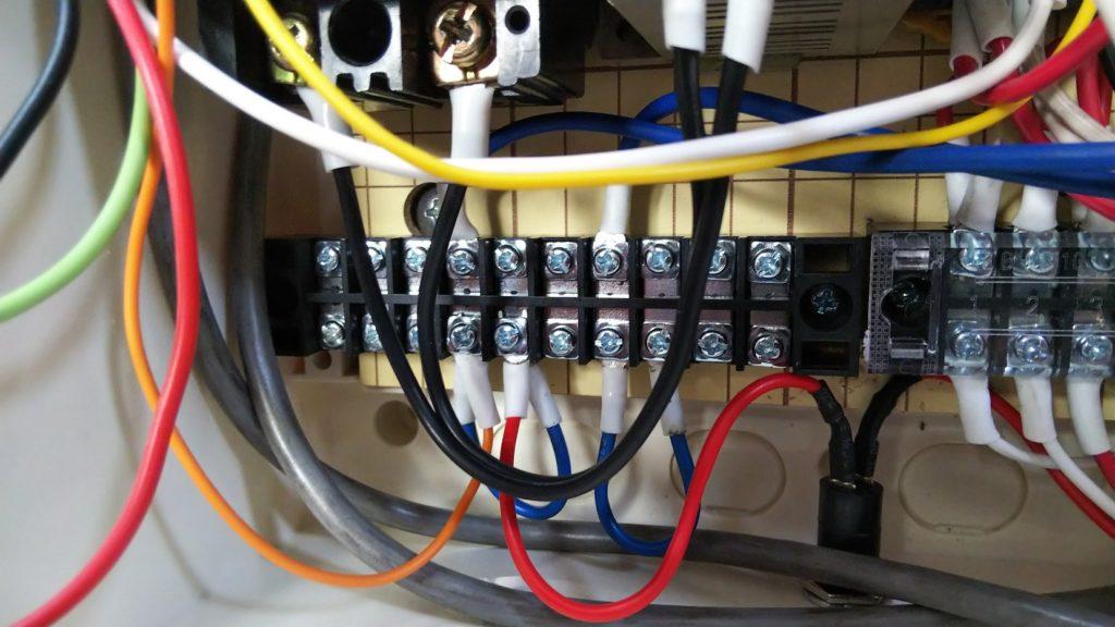 押しボタンスイッチとリモコンからのコード(1本目)を接続した様子の写真