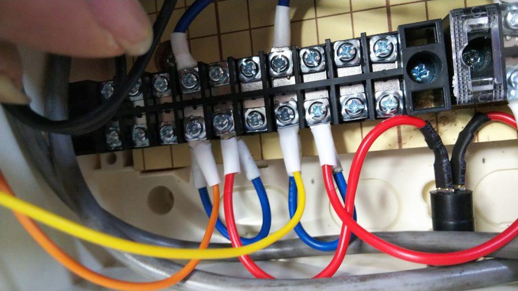 残りの配線を端子台に接続した様子の写真