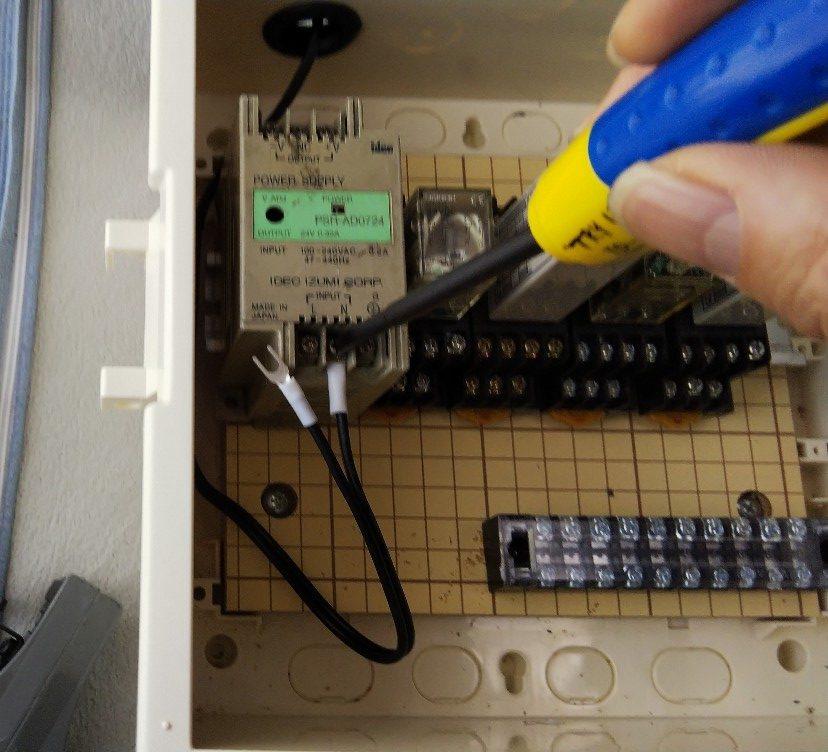 パワーサプライのINPUT側に接続の写真