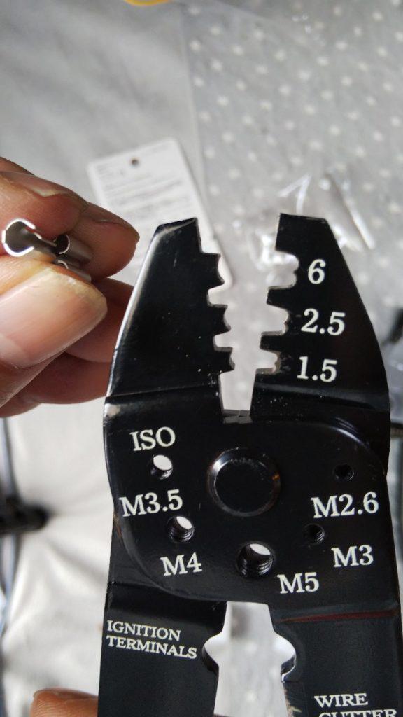 端子とペンチ圧着部の写真
