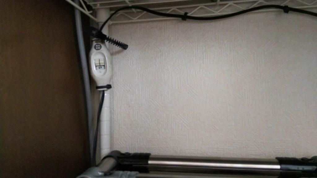 電源コード配策の様子の写真