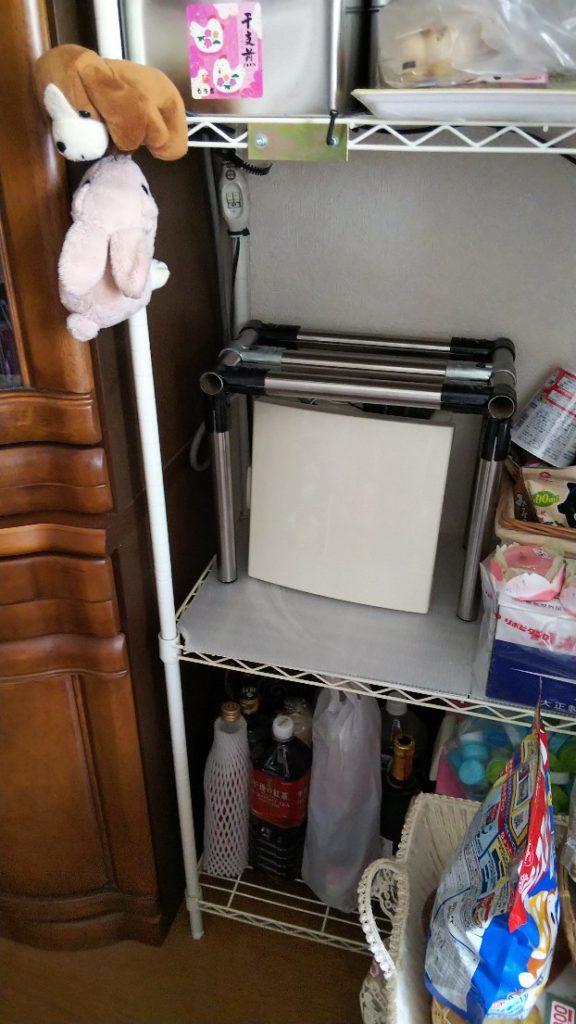 棚に装置箱を設置した様子の写真