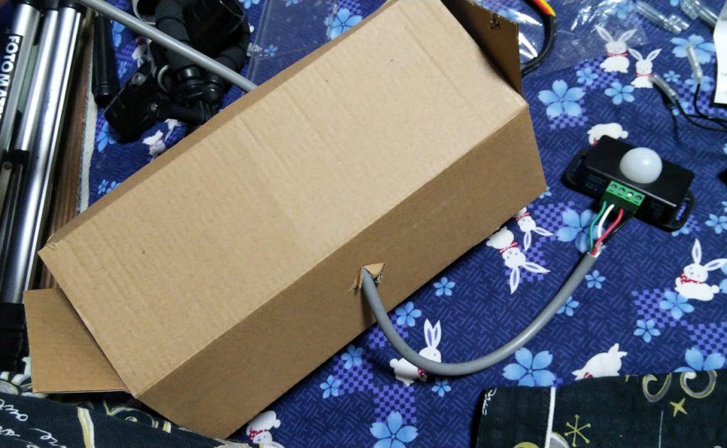 箱の穴にコードを通した様子の写真