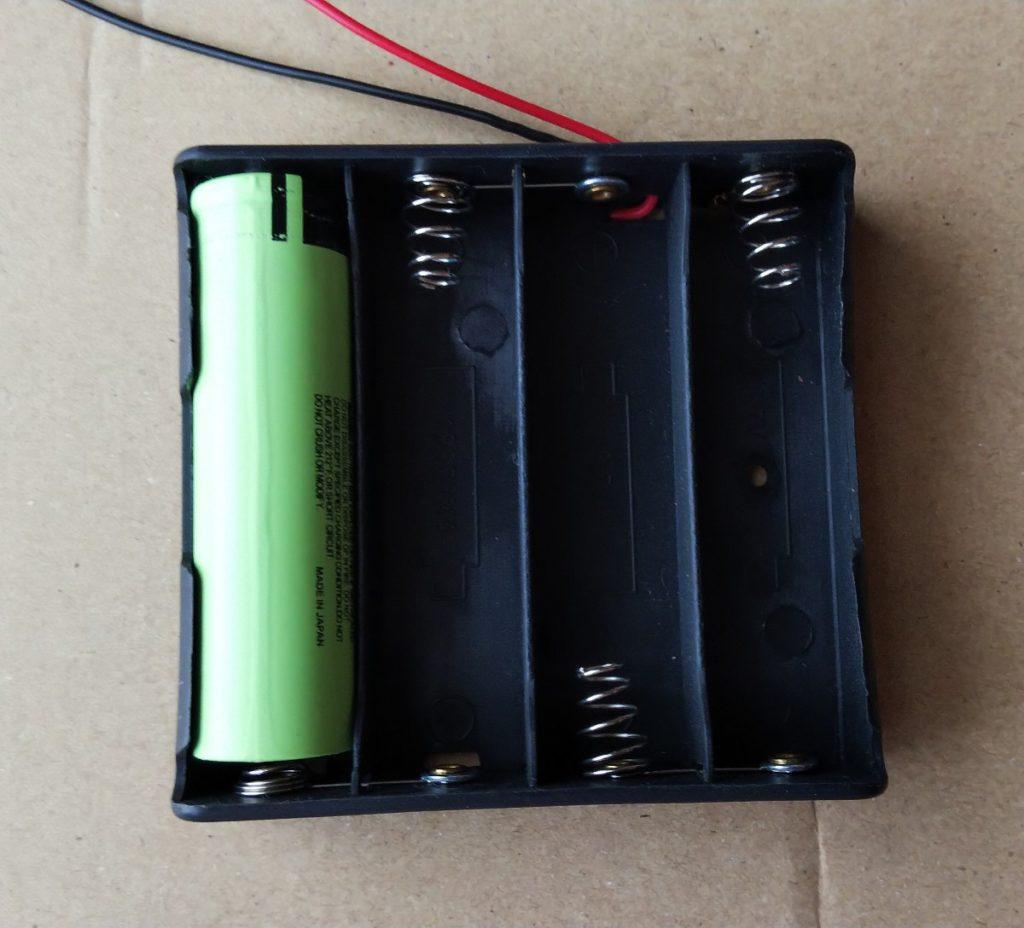 電池1本入れた様子の写真