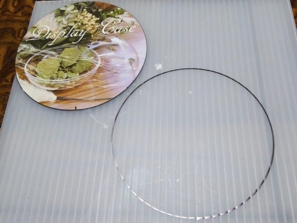 プラ段円形カットの様子の写真