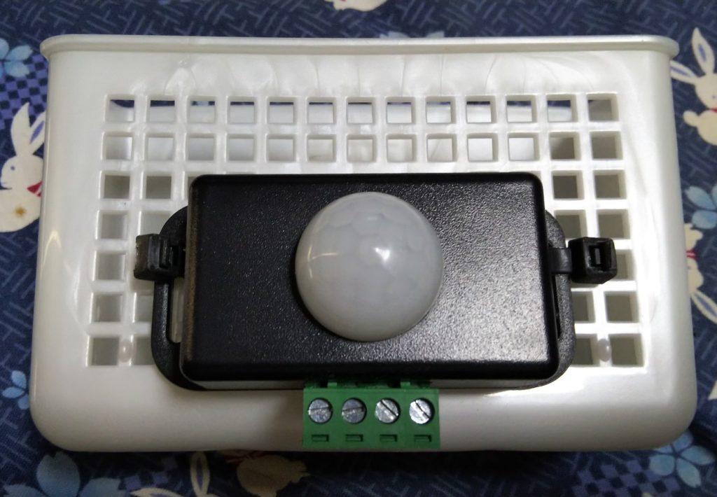 センサースイッチを小物入れに固定した写真