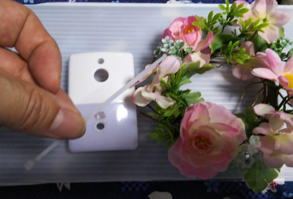 インシュロックと造花の写真