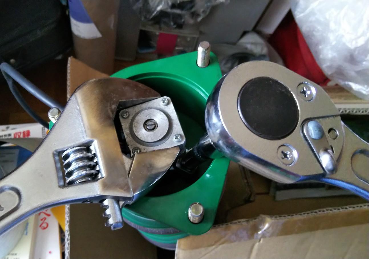 モーターをモンキレンチで挟んだ様子の写真